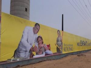 Grande affiche de Koupaki sur le mur de la CEB Akossombo